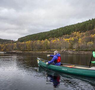 due persone in una canoa canadese sulle acque del Loch Beina a Mheadhoin